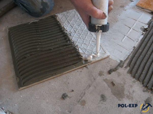 На плитку нанесен обычный клей и герметик