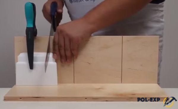 Отпиливают кусок плинтуса