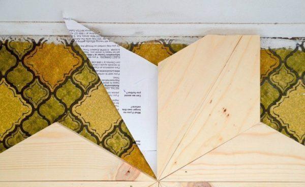 Чем точнее изготовление треугольного элемента, тем меньше щелей и неровностей при укладке. На фото показано, как при помощи бумажного листа осуществить подрезку треугольников
