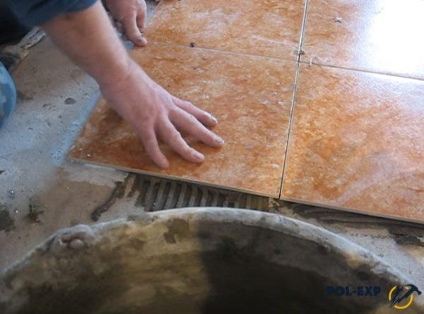 Укладка плитки в место, где проходит температурный шов