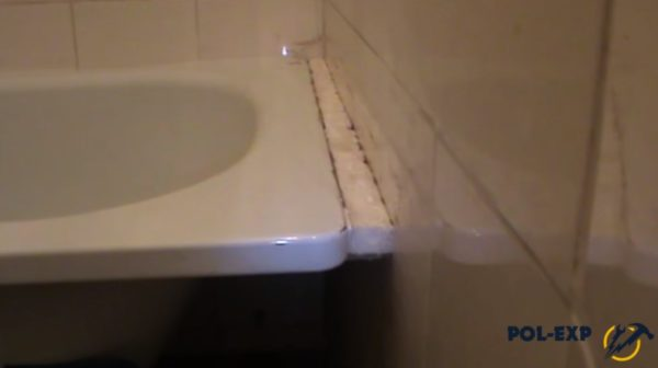 Пример заделки щели между ванной и стеной