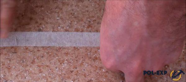 На стык наклеивают малярный скотч