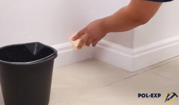 Очищают плинтус от клея
