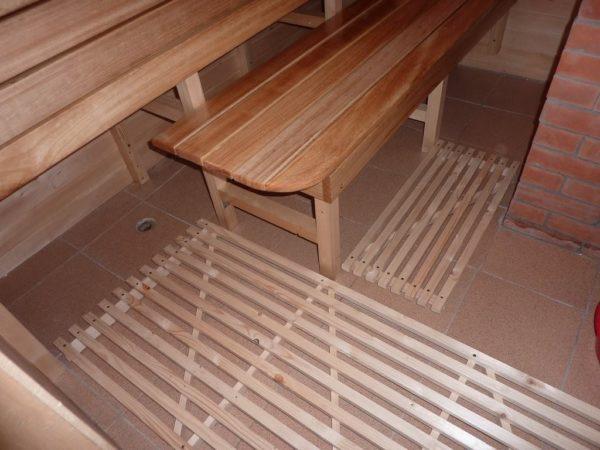 Деревянные решетки на полу в бане