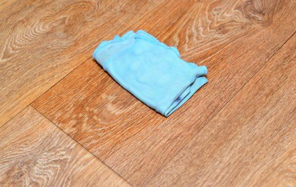 Мягкой чистой тряпкой обильно нанесите кислоту на испачканный участок