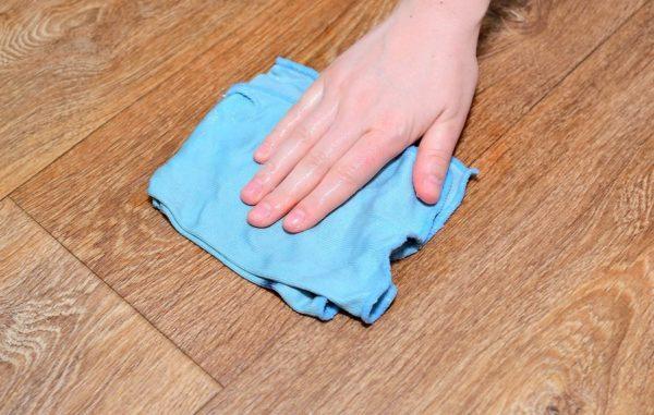 Мыльной тряпкой аккуратно вытрите чернильное пятно