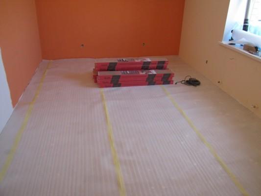 Необходимо оставить свежеприобретенный ламинат в комнате, где планируется монтаж пола. Это нужно для акклиматизации. Данный процесс занимает около 48 часов