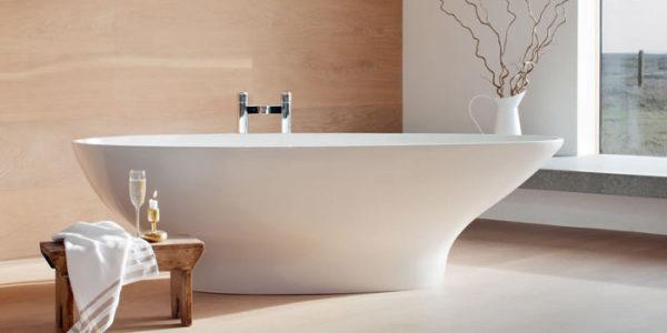Отдельностоящая ванна полностью опирается дном на пол