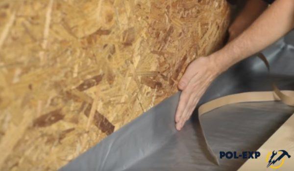 Пароизоляционная пленка, заведенная на стену, клеится на липкую ленту
