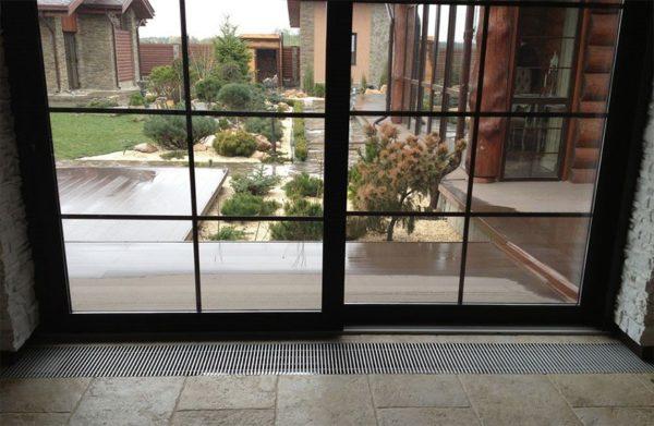 Рекомендуется устанавливать конвектор на расстоянии не более 30 см от окна или двери