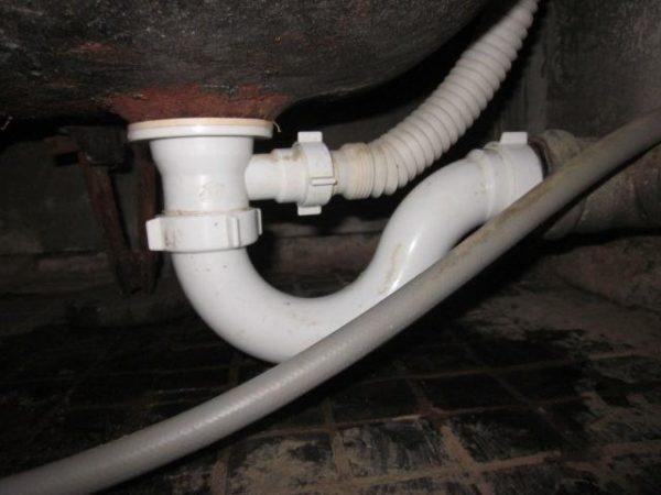 Сифон пластиковый, отстойник представлен изогнутой трубой