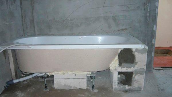 В данном случае сначала установлена ванна, а декоративная отделка будет выполнена позже