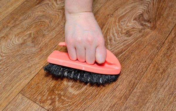 Возьмите жесткую щетку и почистите ею пятно