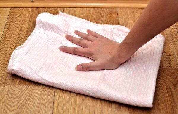 Высушите пол полотенцем