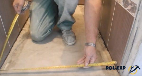 Замеряется ширина туалета