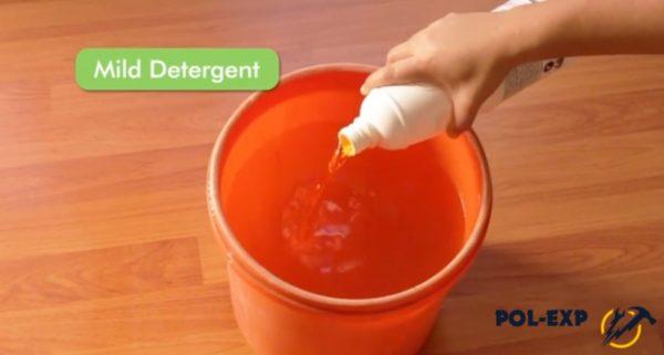 Добавляется шампунь или средство для мытья посуды