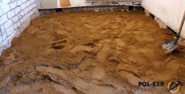 Песок равномерно распределяется