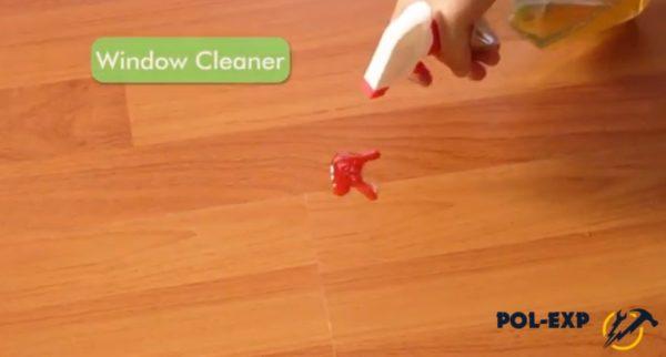 Пятно крови сбрызгивается средством для мытья окон