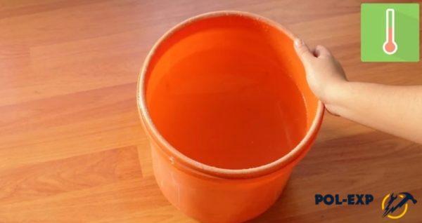 В ведро наливается горячая вода