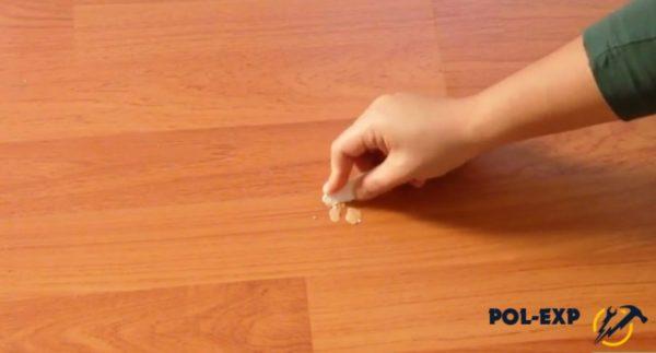 Жир соскабливается пластиковым ножом
