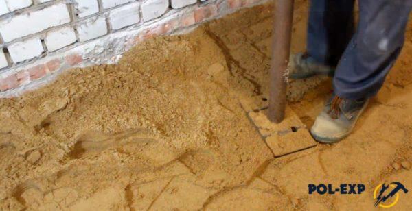 Затем песок трамбуется