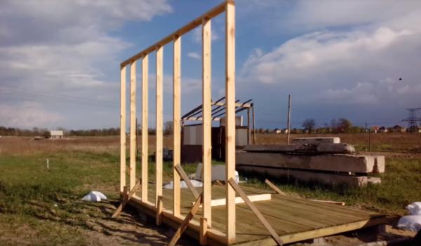 После установки дощатого настила приступают к монтажу стен и крыши