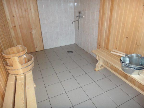 В помещении моечной кафель уместен не только на полу, но и на стенах