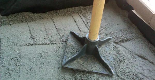 Для трамбовки грунтового основания можно использовать профессиональный инструмент