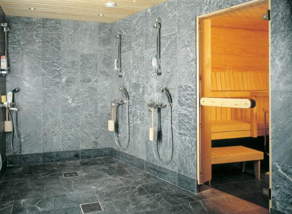 Душевую в бане можно полностью оформить кафелем, подобрав рисунок, имитирующий натуральный камень
