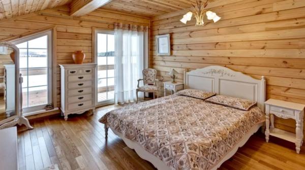 Натуральная древесина в интерьере загородного дома