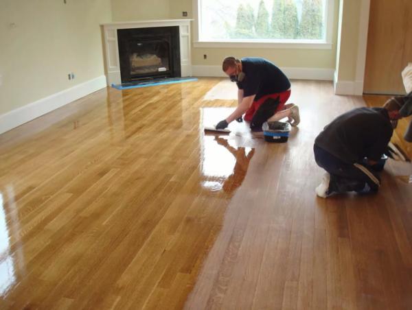 Лакировка поверхности обеспечит влагостойкость и прочность деревянного покрытия