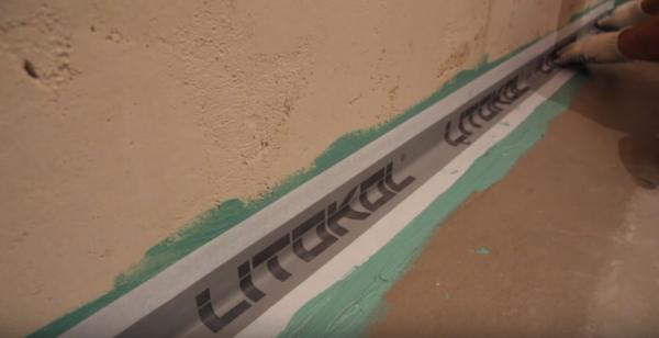 Укладка ленты в угол между стеной и полом