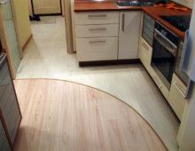 Комбинация плитки и ламината на кухне №1