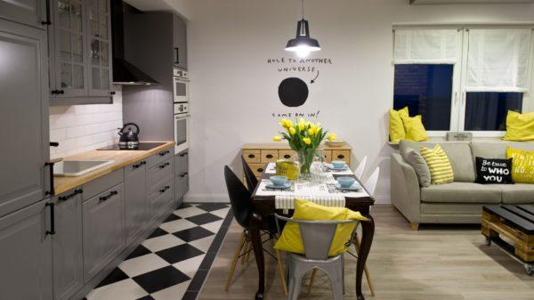 Комбинация плитки и ламината на кухне