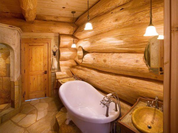 Оригинально на полу в ванной с деревянными стенами будет смотреться плиты из натурального камня