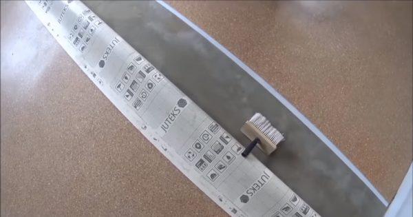 Процесс стыковки двух отрезков линолеума