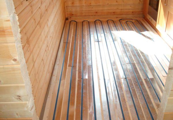 Укладка труб в деревянные панели