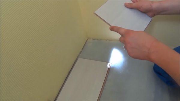 В конце ряда укладывается кусок доски