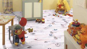 Современные производители предлагают пластиковый ламинат с оригинальным детским рисунком, а способность ПВХ аккумулировать тепловую энергию и удерживать ее позволяет не переживать за здоровье ребенка