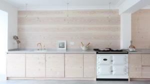 Даже светлое покрытие на кухне будет легко отчистить и держать в опрятном состоянии