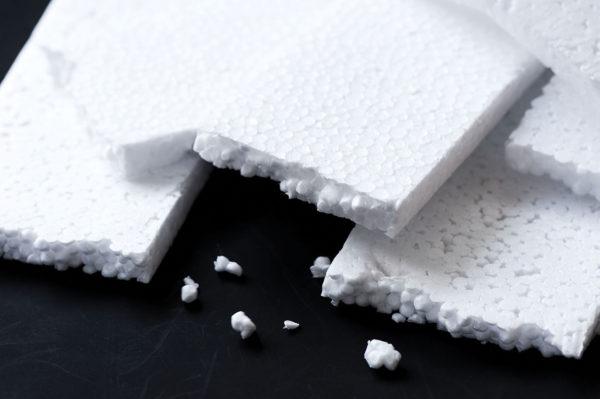 При разломе гранулы качественного пенополистирола также разламываются, благодаря прочной спайке