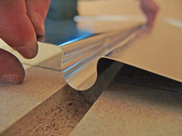 Укладка термораспределительной пластины по деревянному полу