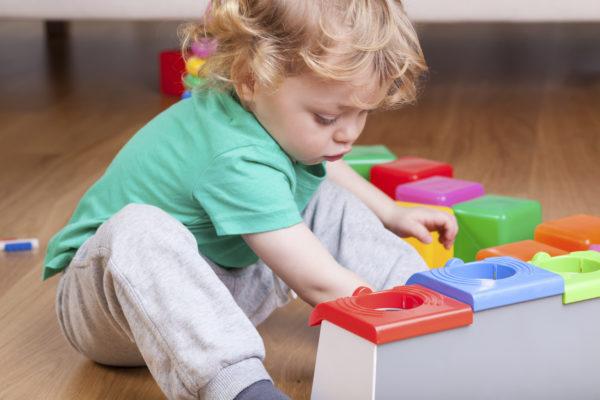 Поверхность ламината довольно комфортна и позволяет детям играть на полу без дополнительных ковриков