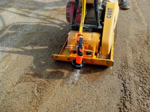 Специальная установка с подачей воды для трамбовки песка