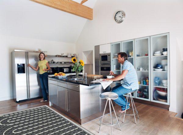 Основная площадь кухни занята мебелью, поэтому стоимость теплого пола будет небольшой