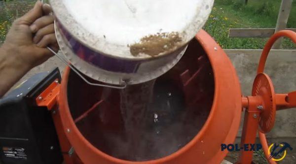 В бетономешалку заливается вода