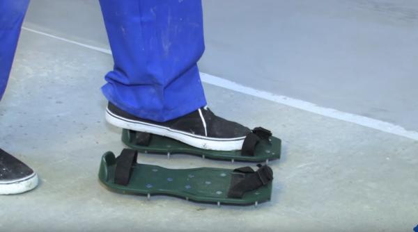 Для передвижения по залитому полу используют игольчатые подошвы, не оставляющие следов на покрытии