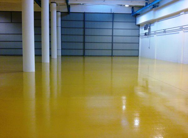 Цветной полиуретановый пол в складском помещении