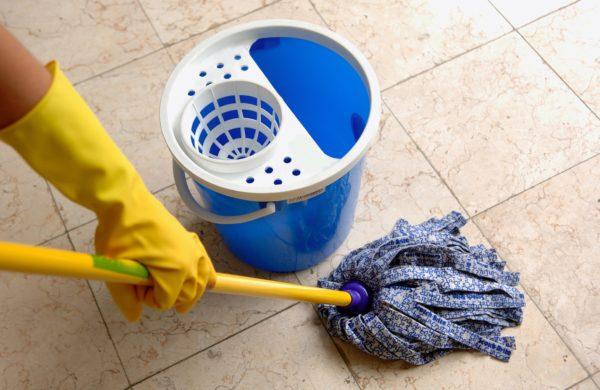 Тряпка для мытья кафельного пола должна быть мягкой, хорошо впитывающей влагу