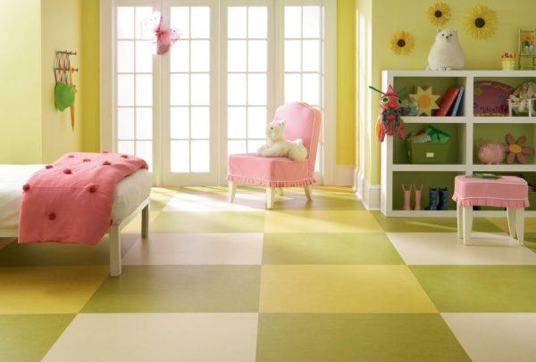 Разноцветное покрытие в комнате девочки